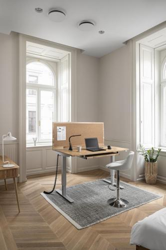 Asztal magas bárszék laptop